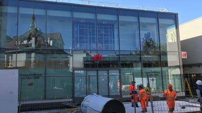 Mittlerweile ist der Eingangsbereich des neuen H&M-Ladens nicht mehr in Watte gepackt.(Bild: Samuel Koch)