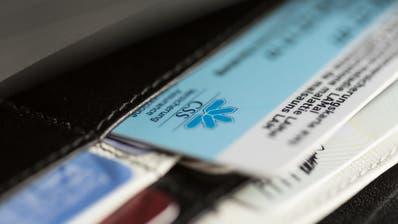 Die übliche Krankenversicherungskarte im Kreditkartenformat. (Bild: KEYSTONE/Gaetan Bally)