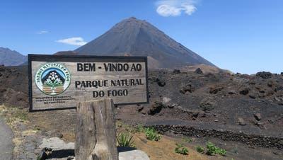Willkommen im Nationalparkvon Fogo! Man kann schon den mächtigen Vulkan Pico do Fogo aus der Ferne erkennen.