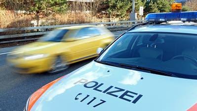 Als er im Polizeiauto abgeführt wurde kames zu wüsten Beleidigungen und einer Spuckattacke gegen die Polizeibeamten. (Symbolbild: Philipp Schmidli)