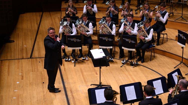 Die Brassband Bürgermusik Luzern mit Dirigent Michael Bach im KKL. (Bild: Roger Grütter, 23. März 2019)