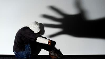 Die Frau wurde von ihrem Mann meist zwei-, dreimal in der Woche sexuell genötigt, an den Haaren gezogen, geschlagen und bedroht. (Symbolbild: Keystone)