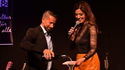Plattengötti Leonard tauft Sabrina Sauders neues Album «Mach dich frei!». Drei der 16 Lieder singen die beiden gemeinsam. (Bild: Manuel Nagel)
