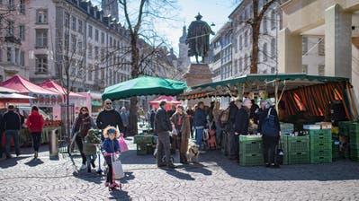 Beliebter Treffpunkt: Der Wochenmarkt auf dem Marktplatz. (Bild: Benjamin Manser)