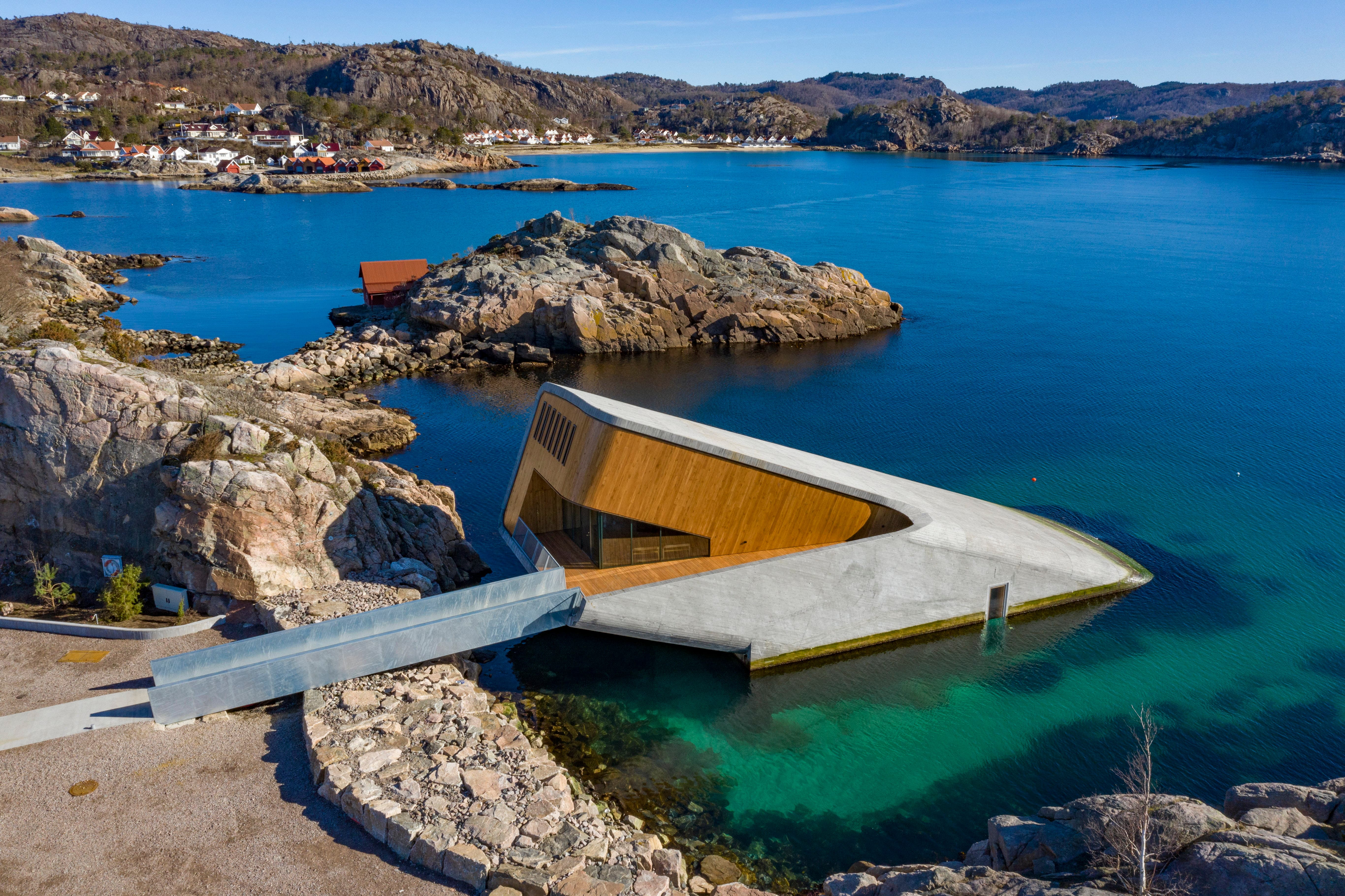 Es besteht aus 2500 Tonnen Beton, an Land gefertigt, per Kran vorsichtig am Ufer versenkt und im Meeresboden verankert, wobei in der Ölindustrie erprobte Techniken den Ingenieuren halfen. (Bild: Tor Erik Schroder/EPA, Spangereid, 19. März 2019)