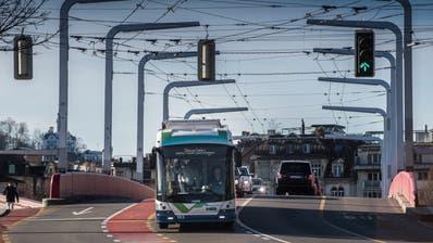 Testfahrt eines Batterie-Trolleybusses in Luzern, hier im Bild die Langensandbrücke. (Bild: Boris Bürgisser, 14. März 2018)