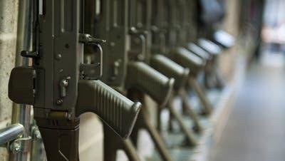 Ein Mann im Toggenburg verwahrte seine Waffen nicht sorgfältig genug, was fast mit dem Suizid seines Sohnes geendet hätte. (Symbolbild: Urs Jaudas)