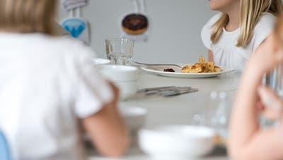 Zwischen 3.20 und 24 Franken zahlen Eltern heute für ein Schüler-Mittagessen in Engelberg. (Symbolbild: Maria Schmid)