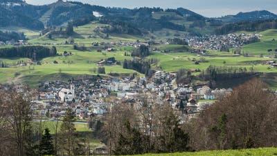 Der Zweckverband Regionales Seniorenzentrum Solino in Bütschwil (im Vordergrund) kann weiterhin auf Mosnang (im Hintergrund) als Mitgliedgemeinde zählen. (Bild: Christian Regg)