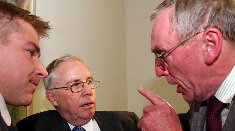 Vor einer Fraktionssitzung im Herbst 2003: Der damalige Präsident der Berner SVP, Hermann Weyeneth (rechts), im Gespräch mit den Nationalräten Christoph Blocher (Mitte) und Toni Brunner. (Bild: Keystone)