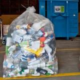 So ähnlich sah es bis 2018 in Engelberg aus: Volle Abfallsäcke mit allerhand Kunststoff. (SymbolbildBoris Bürgisser)