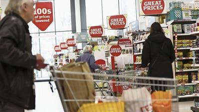 Noch mögen die wenigsten an einen harten Brexit glauben. Die Kosten für alle wären zu hoch – vor allem für die britischen Konsumenten, wie hier im Supermarkt J Sainsbury in Redhill. (Simon Dawson/Bloomberg)