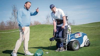 Dieser Rollstuhlfahrer golft trotz seines Handicaps jede Woche in Waldkirch