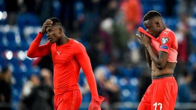 Fassungslos: Breel Embolo (links) und Denis Zakaria nach dem 3:3-Unentschieden gegen Dänemark. (Bild: Sven Thomann/Freshfocus (Basel, 26. März 2019))