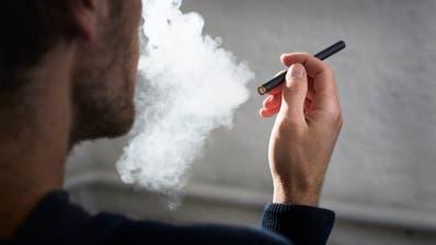 E-Zigarette in gebrauch. (Symbolbild: Jakob Ineichen, Luzern, 29. Juli 2017)