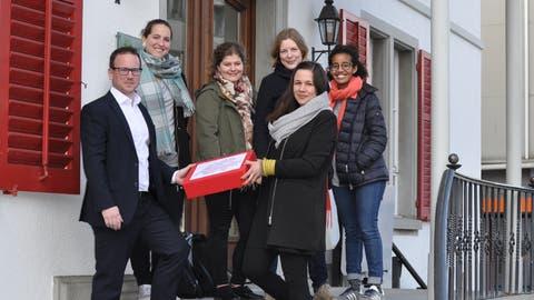 Die SP-Frauen Nina Schläfli, Fabienne Herzog, Elina Müller, Charis Kuntzemüller-Dimitrakoudis und Addisa Hebeisen übergeben Stadtschreiber Michael Stahl die Petition. (Bild: PD)