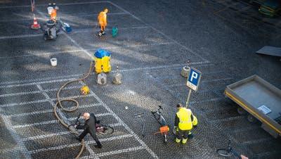Auf dem Blumenmarkt wurden am Vormittag auch die Markierungen derZweirad-Parkplätze entfernt. Sie verschwinden allerdings nicht, sondern wurden neu angeordnet. (Bild: Benjamin Manser - 28. März 2019)