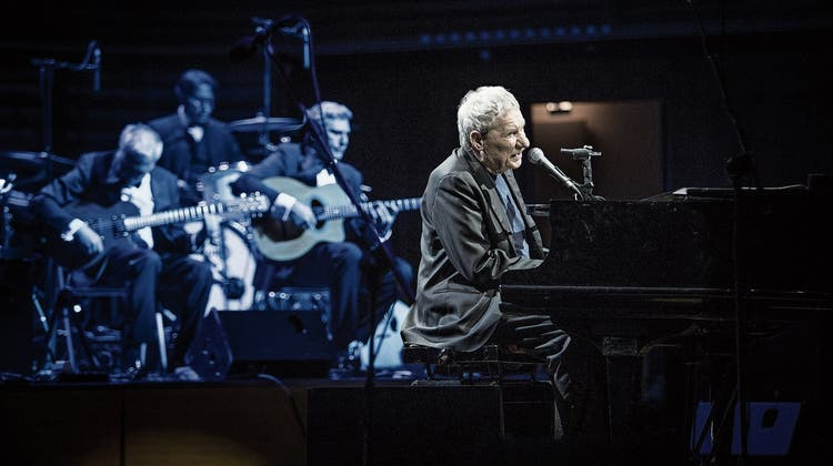Der Poet am Grand Piano. Paolo Conte greift in die Tasten, seine Musiker brillieren in blaues Licht getaucht. Bild: Manuela Jans-Koch (Luzern, 28. März 2019)