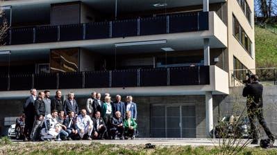 Teilnehmer und Referenten des Medienanlasses in Tobel posieren vor der Überbauung für ein Gruppenbild. (Bild: Christoph Heer)