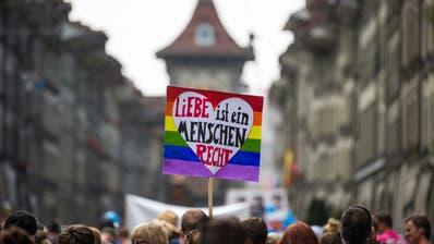 Teilnehmer der «Pride Quest Berne» demonstrieren für die Rechte von Homosexuellen. (Bild: Peter Klaunzer/Keystone (Bern, 26. August 2017))
