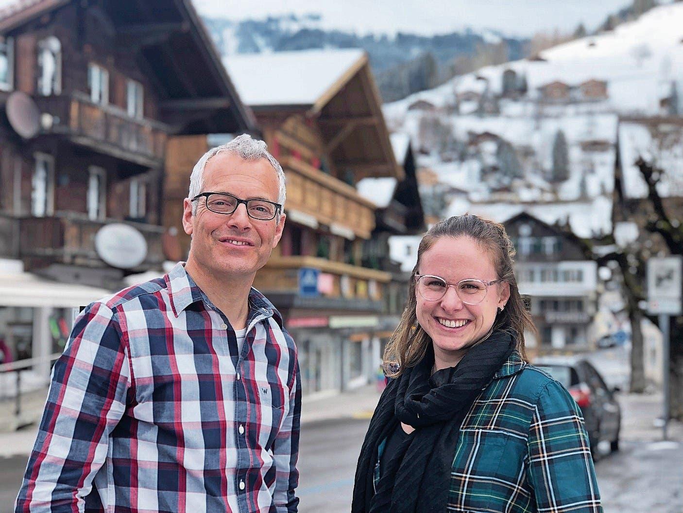 Albert Kruker und Laura Vogt von Lenk-Simmental Tourismus. (Bild: PD)