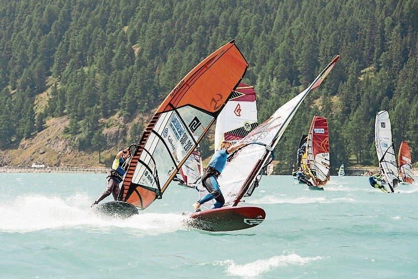 Windsurfen in der Silvaplana. (Bild: swiss-image.ch/Marc van Swoll)