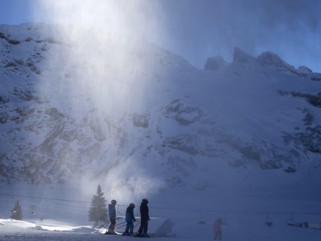 Der Saisonbeginn war vor allem für die Innerschweizer Skigebiete schwierig. Ohne Beschneiung - wie hier im Skigebiet Titlis oberhalb von Engelberg - wäre Skifahren im Dezember vielerorts nicht möglich gewesen. (Bild: Keystone/ALEXANDRA WEY)