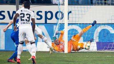 Basels Marek Suchy (verdeckt) schiesst das 1:0 für den FC Basel – FCL-Goalie David Zibung hat keine Abwehrchance mehr. (Bild: Philipp Schmidli (Luzern, 30. März 2019)