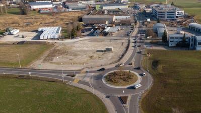 Der Eichen-Kreisel im Westen der Stadt Gossau und gleich daneben die Bauparzelle für die neue Coop-Filiale. (Bild: Benjamin Manser - 28. Februar 2019)