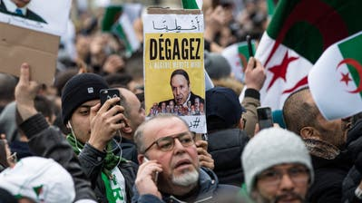 «Dégagez» – «Hau ab», heisst es auf den Protestpostern gegen Präsident Bouteflika (Poster Mitte). (Bild: Aurelien Morissard/Imago, 3. März 2019)