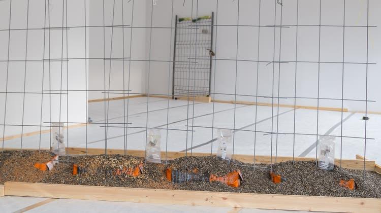 Vogelfutter unter Draht: Valentina Minnig hat das Leben im Garten des Kunstraums o.T. in eine Installation übersetzt. (Bild: Mario Caviezel/PD, Luzern, 2. März 2019)