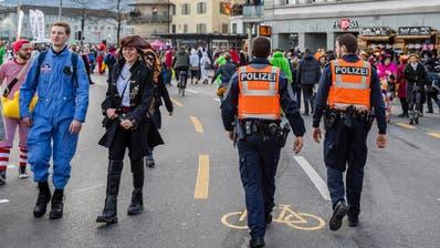 Zwei Polizisten beim Schwanenplatz am Schmutzigen Donnerstag, 23. Februar 2017 in der Stadt Luzern.
