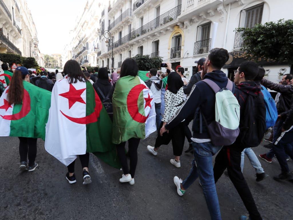 Die Studentenproteste gegen eine weitere Kandidatur von Präsident Abdelaziz Bouteflika gehen weiter. (Bild: KEYSTONE/EPA/MOHAMED MESSARA)