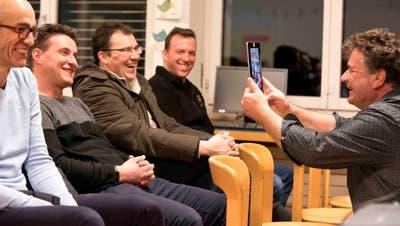 Medienpädagoge Joachim Zahn demonstriert mit seinem Tablett, was Snapchat ist und kann. (Bild: Andreas Taverner)
