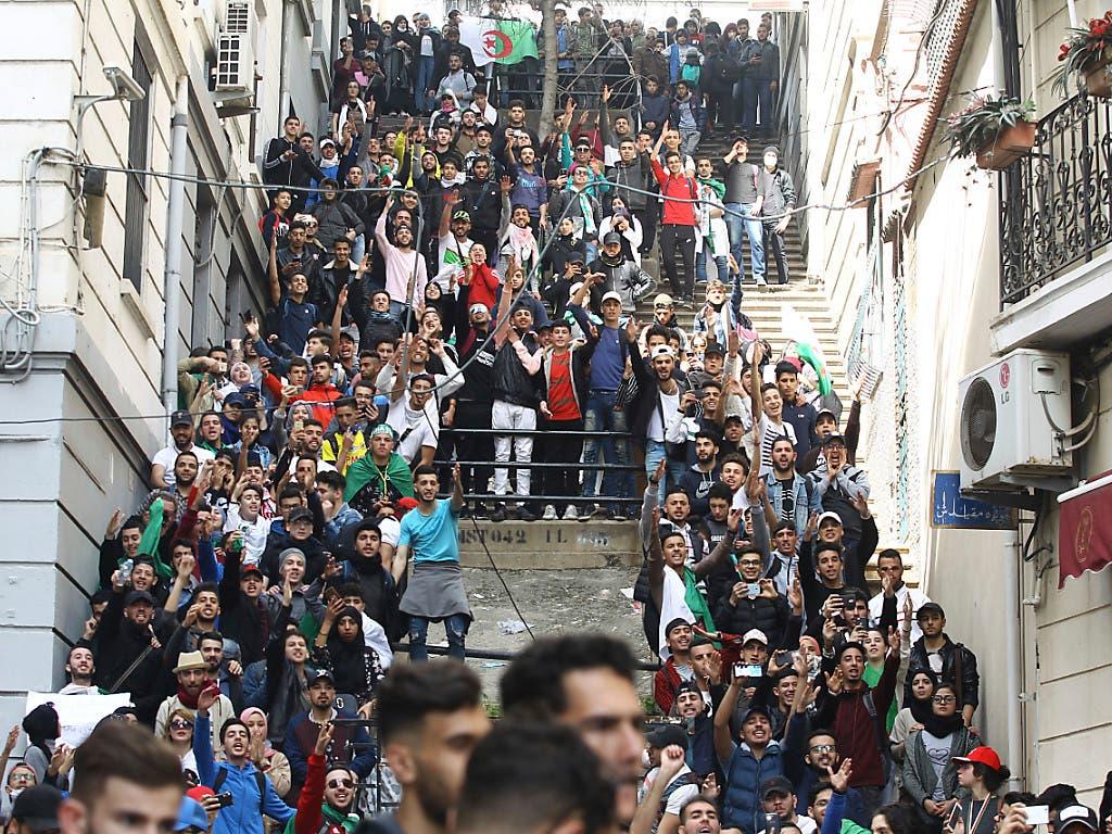 Studenten in Algier protestieren weiterhin gegen eine fünfte Amtszeit von Präsident Bouteflika. Unterstützung bekamen die Studenten von Passanten und hupenden Autofahrern. (Bild: KEYSTONE/AP/FATEH GUIDOUM)