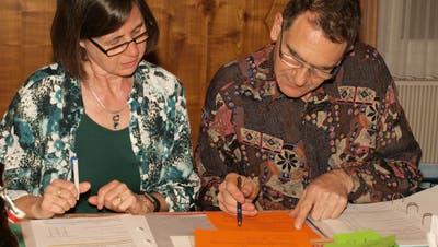 Aktuarin Rosmarie Künzler und Präsident Daniel Bischof bei der letzten Versammlung des Samaritervereins Sulgen. (Bild: Brunhilde Bergmann)