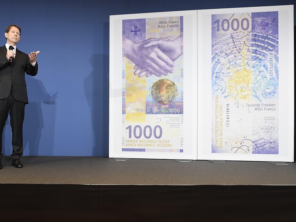 Das neue Nötli ist da: Fritz Zurbrügg präsentiert den 1000-Franken-Schein. (Bild: KEYSTONE/ENNIO LEANZA)