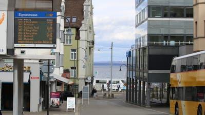 Tafeln der Seebuse und der VBSG – wie hier an der Signalstrasse in Rorschach – weisen aktuell auf die Systemumstellung hin. (Bild: mac)