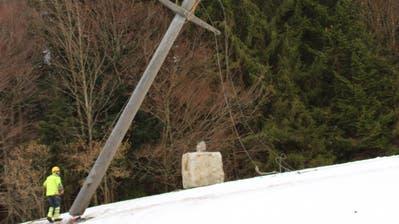 Die St.Gallisch-Appenzellischen Kraftwerke (SAK) verlegen auf dem Ricken Freileitungen unter die Erde. Am Dienstag wurde ein zwölf Meter hoher Strommast, einer von 200, für die Kameras abgebaut. (Bild: Martin Knoepfel)