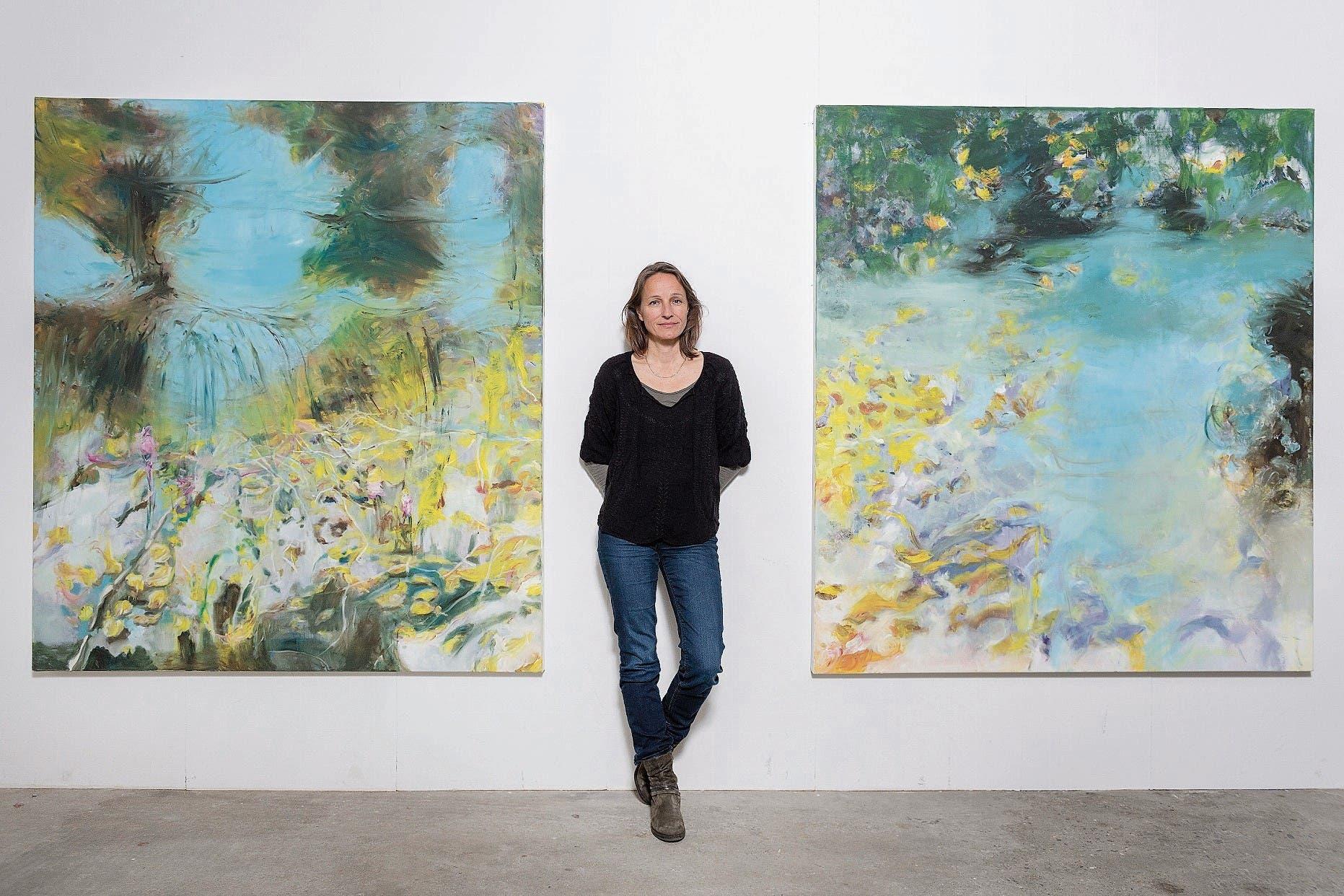Claudia Keel vor zwei Bildern, die sie im Dschungel Costa Ricas gemalt hat: «Heute würde ich nicht mehr fliegen.» (Bild: Bilder: Urs Bucher)