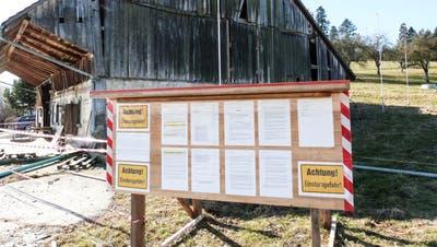 Die Tafel vor der maroden Scheune bei Wittenwil führt unter anderem die 31 Namen der Einsprecher auf. (Bild: Kurt Lichtensteiger)