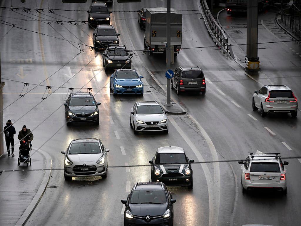 In der Schweiz ist das Fahren ohne CH-Kleber erlaubt. Im Ausland riskiert man ohne Landeskennzeichen eine Busse. (Bild: KEYSTONE/GAETAN BALLY)