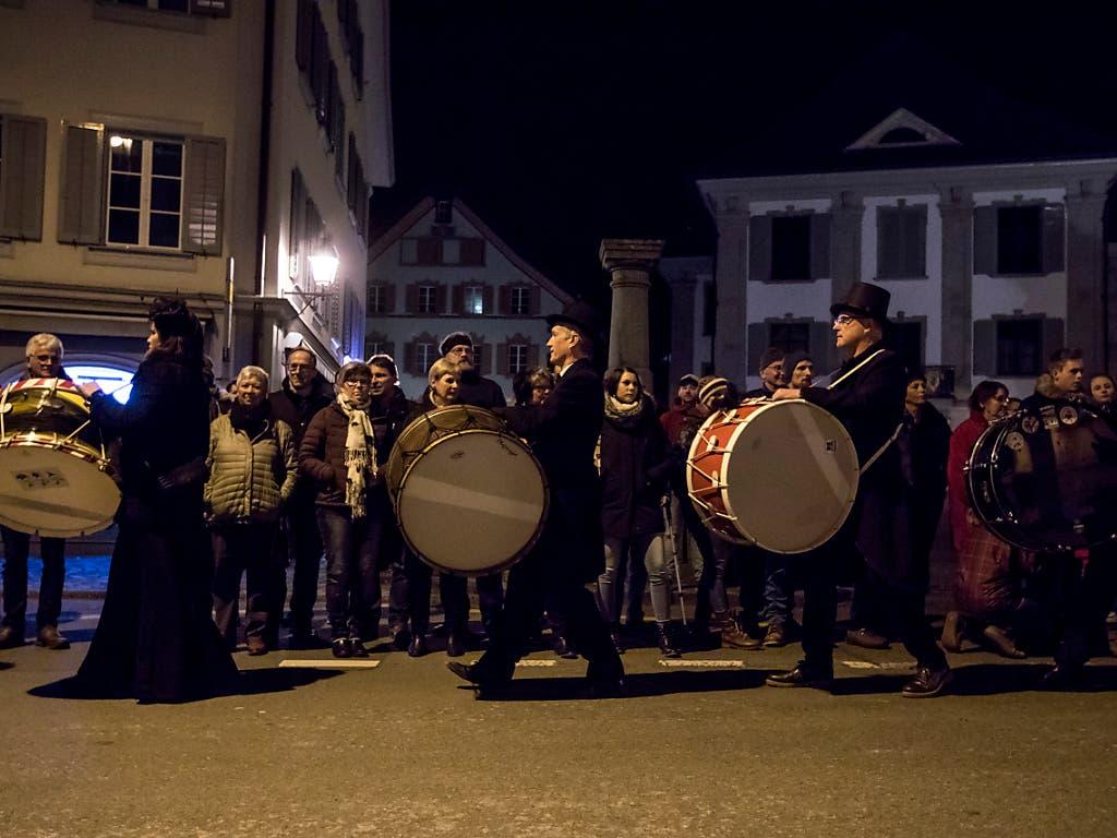 Die Fasnacht wird zu Grabe getragen: Mit Trauermine wird in Altdorf mit der Üstrummet die Fünfte Jahreszeit beendet. (Bild: KEYSTONE/ALEXANDRA WEY)