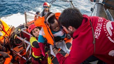 Retter nehmen Flüchtlinge auf hoher See im Mittelmeer auf. (Bild: Olmo Calvo/AP; 21. Dezember 2018)