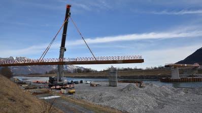 Das 56 Meter lange Brückenteil aus Stahl wird vom Kranführer zentimetergenau aufgesetzt.(Bild: Heini Schwendener)