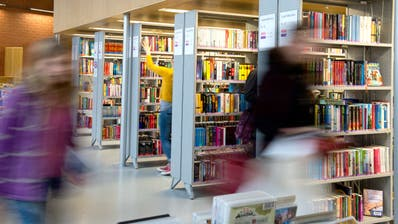 Wer Bücher in der Stadtbibliothek Luzern ausleiht, kann dies bald auch ohne Gang zum Schalter tun. (Symbolbild: Nadia Schärli)