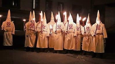 Mit einem Fackelzug marschierten die zwölf Ku-Klux-Klan-Darsteller...