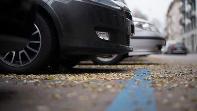 Autos parkieren in der Blauen Zone: Dass in Gossau die Parkplatzbewirtschaftung intensiviert werden soll, hat im Parlament Kritik seitens bürgerlicher Parteien ausgelöst.(Themenbild: Ennio Leanza/KEY - 21. November 2016)