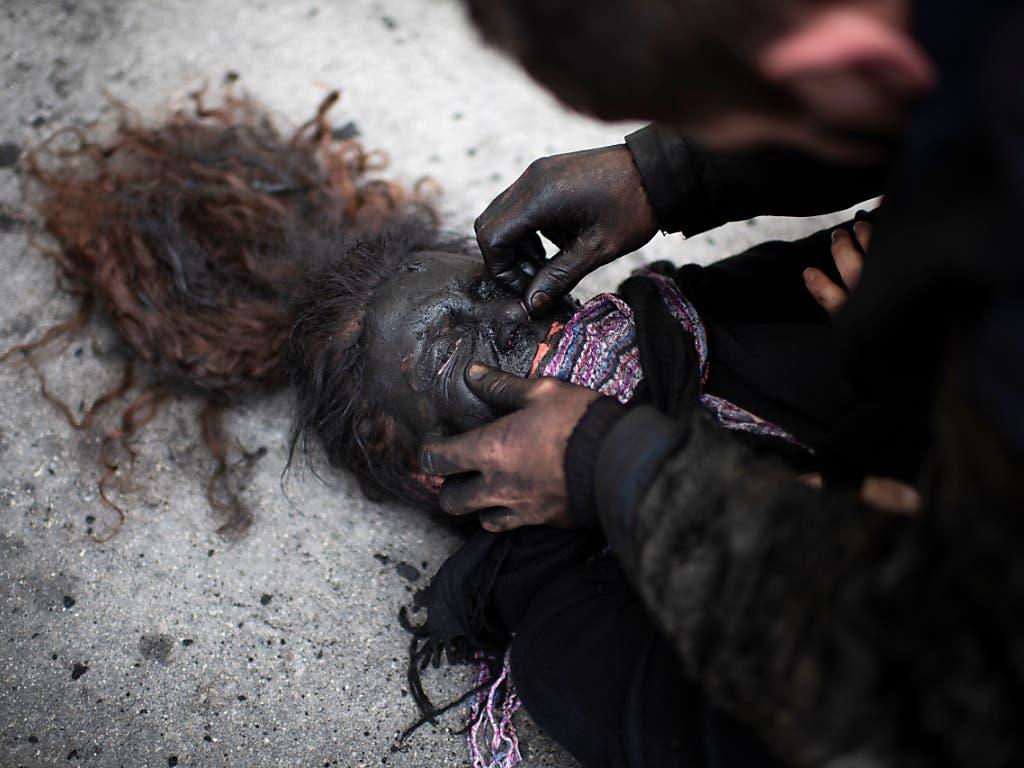 Pschuuri - beim archaisch anmutenden Brauch der Walser wird den unverheirateten Frauen das Gesicht geschwärzt. (Bild: KEYSTONE/GIAN EHRENZELLER)