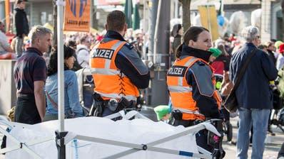 Zwei Polizisten beobachten den Fritschi-Umzug am Schweizerhofquai. (Bild: Manuela Jans-Koch, 28. Februar 2019)
